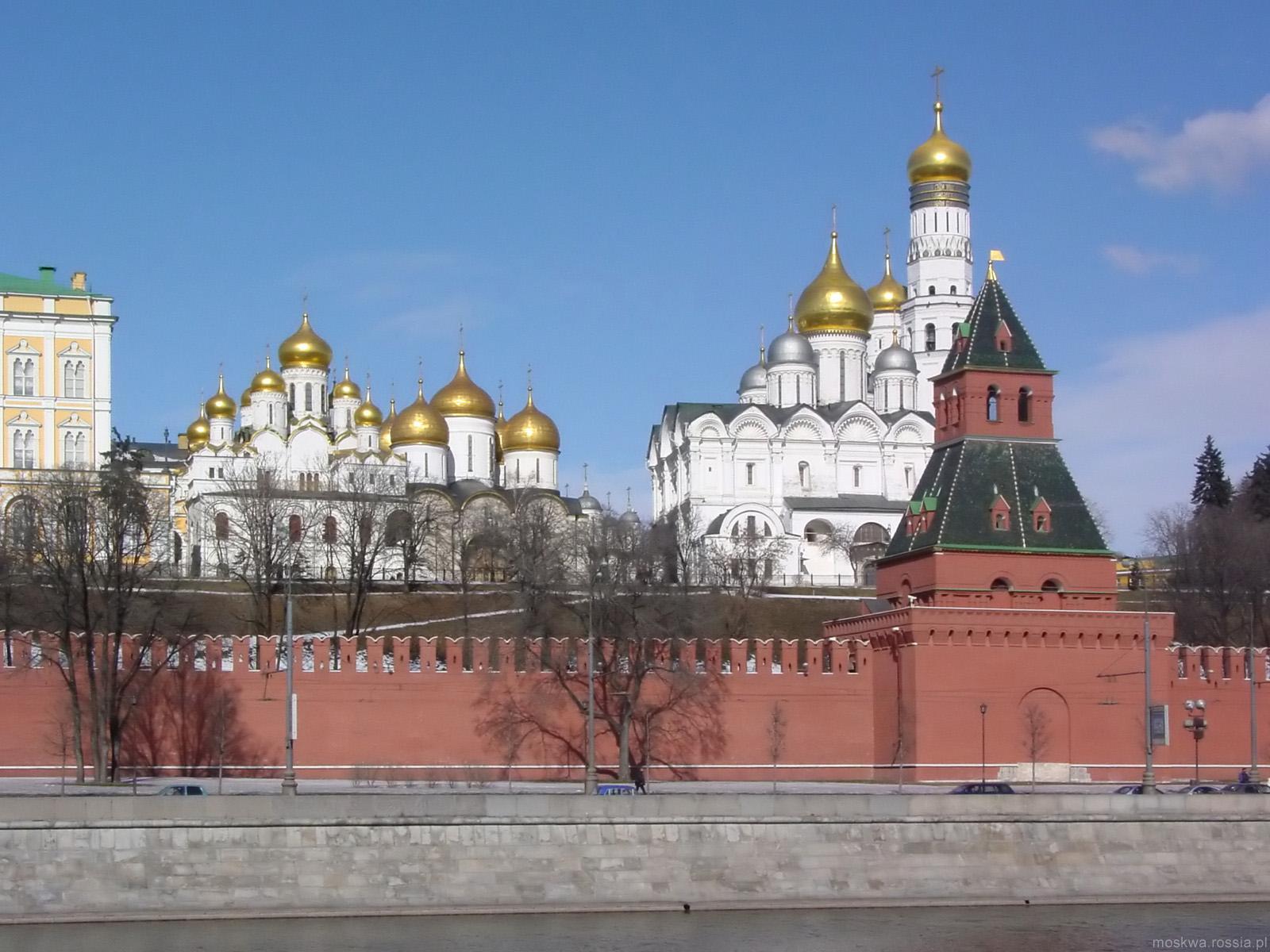Кремль. Вид на колоколню Ивана Великого. Набережная Москвы-реки.